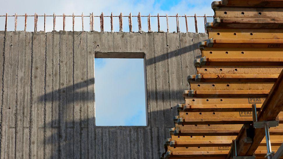 De bouw van de betonwanden, passerelle, trappen en schuine vloerplaat in zichtbeton vroegen om een combinatie van verschillende PERI systemen.