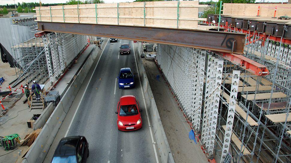 Bro 58.20 - Forskallingsformen er ved at blive etableret ovenpå gennemkørselsprofilerne.