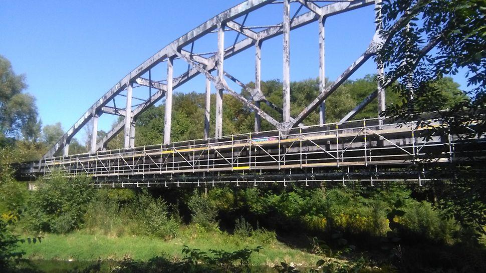 Železniční vlečka Biocel Paskov: Zavěšené lešení nad řekou s délkou zavěšení 93 m.
