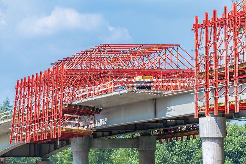Uniwersalne wózki deskowaniowe VARIOKIT – etapy budowy i przygotowanie do betonowania.
