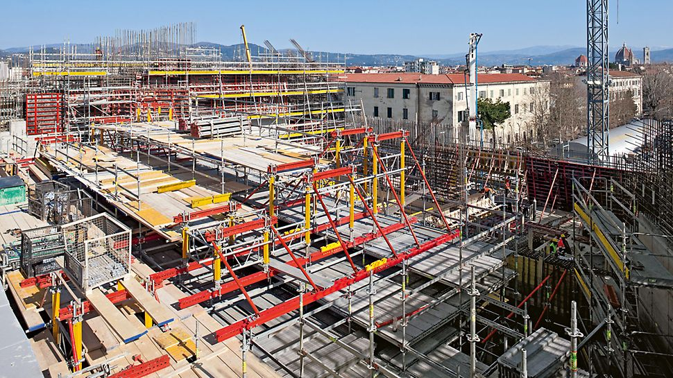 Parco della Musica e della Cultura: Během montáže slouží konstrukce z lešení PERI UP, systému MULTIPROP, podpěrných vřeten SLS a závor SRU pro podepření jednotlivých ocelových nosníků.