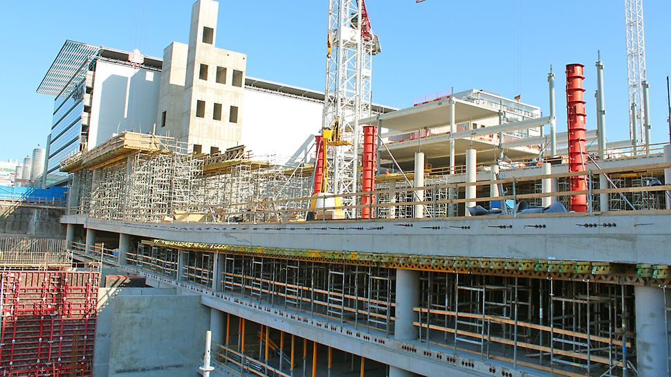 ST 100 –tukitornia sekä SRS-pilarimuottia eri kerroksissa.