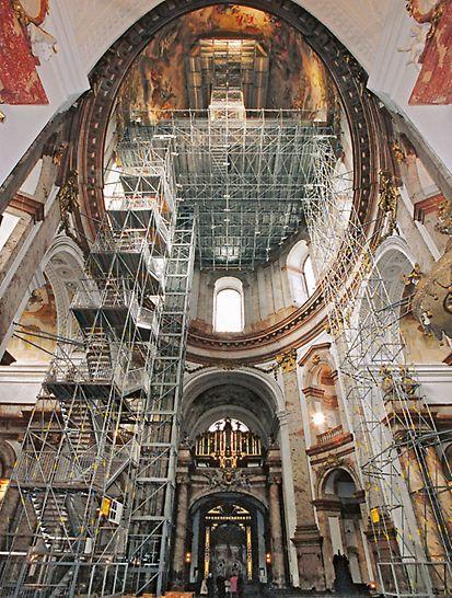 Kostel Sv. Karla Boromejského, Vídeň: 4 ručně předem smontované a paralelně umístěné příhradové nosníky PERI UP LGS tvoří ve výšce 32 m hlavní nosnou konstrukci pro galerii a návštěvníky.