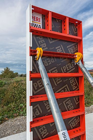 Der einfache Richtstützenanschluss lässt sich an stehenden LIWA Elementen anbringen. Zum Ausrichten liegender Elemente z. B. bei Fundamenten wird der Richtstützenanschluss-2 eingesetzt.