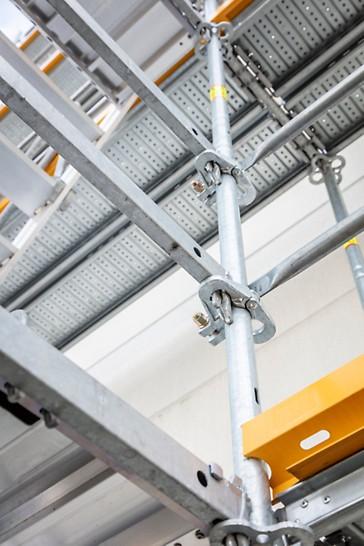 Dwubiegowa schodnia przy budowie zbiornika na gaz ciekły. Bezpieczne przejście zapewniają poręcze zamontowane na zewnętrznych i środkowych belkach policzkowych.