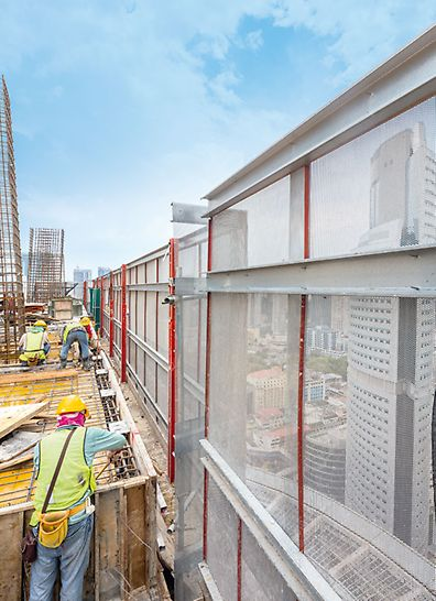 JKG Tower, Jalan Raja Laut, Kuala Lumpur - The perforated steel sheeting used as enclosure of the PERI RCS P climbing protection panel is particularly suitable for use in warmer regions. It is air-permeable and prevents heat accumulation inside the building.