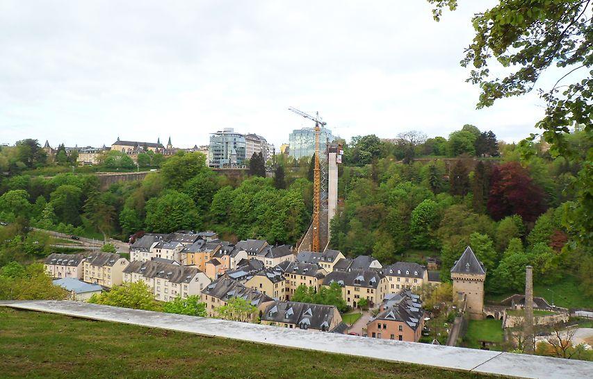 De 71 meter hoge toren van gewapend beton en de volledige glazen liftcabine bieden een schitterend 360° panoramisch uitzicht over het hele dal