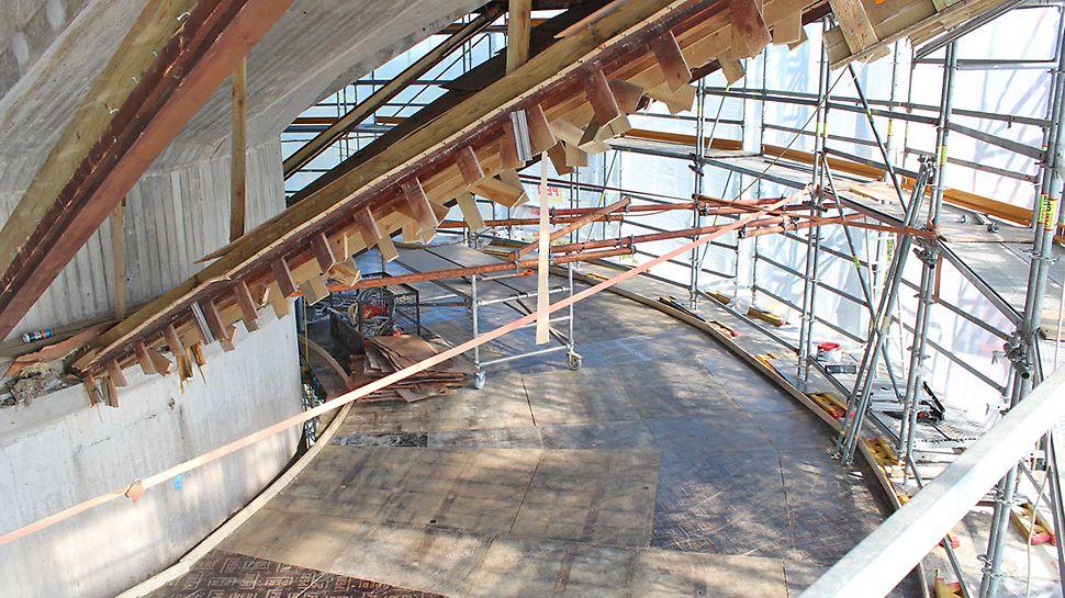 Työskentelytasoa käytetään myös varastointitasona purkujätteille ja uusille rakennustarvikkeille.