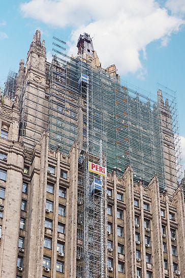 Реставрационные работы главного фасада здания, в котором расположено МИД России, ведутся на строительных лесах PERI.