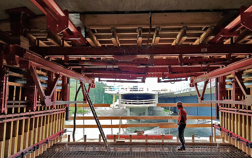 PERI VBC-Freivorbauwagen Fahrbahnplattenschalung und Steginnenschalung