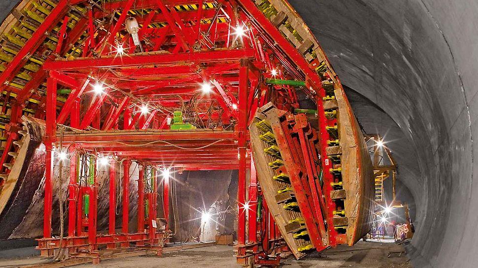 Parti di cassaforma PERI ripiegate, mediante meccanismo idraulico, per consentire il passaggio della cassaforma traslabile attraverso un tunnel di sezione inferiore