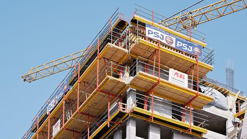 AZ Tower, Brno: Zajištění bezpečného pracovního prostoru pro personál stavby v jakékoliv výšce s lávkami ze systému RCS.