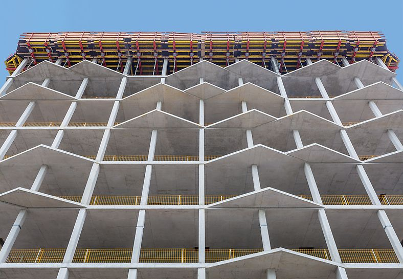 Bild der unregelmäßig angeordneten, dreiecksförmigen Erker in der Bauphase des MK4 in München.