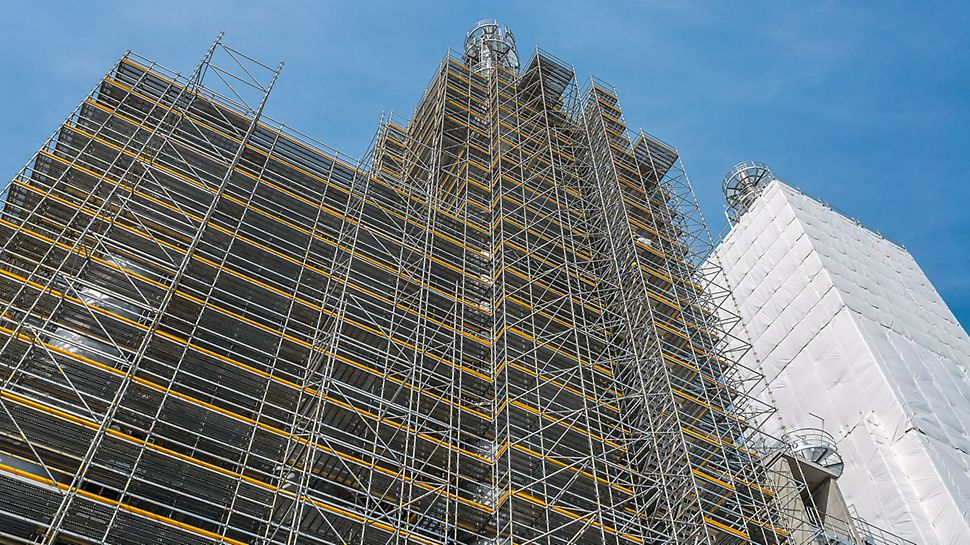 Industrial applications call for an adaptable scaffolding system combined with the highest demands on work safety. With PERI UP Flex, safe working platforms and access points can also be realised for higher-positioned work areas at an industrial facility.