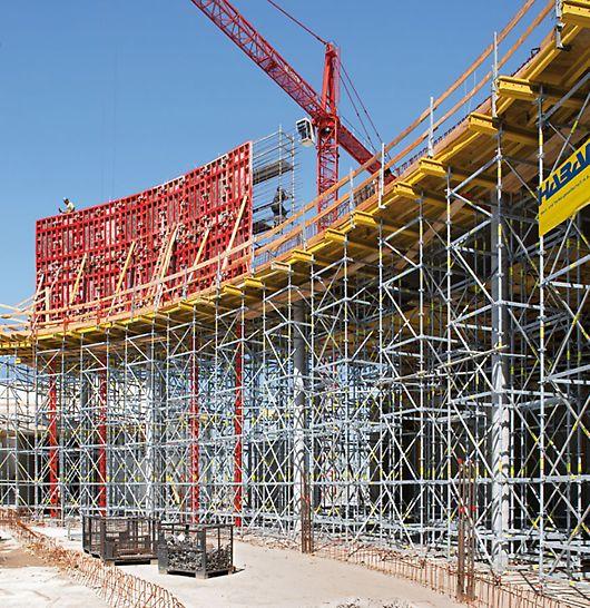 St. Martins Therme & Lodge: Podpěrné lešení PERI UP, kombinované s vysokopevnostními podpěrami HD, pro přenesení zatížení způsobeného výrobou stěn ve výšce až 16 m.