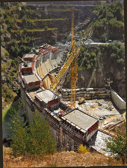 Baraj din beton în triplu arc pe râul Alb având o înălțime de 75 m