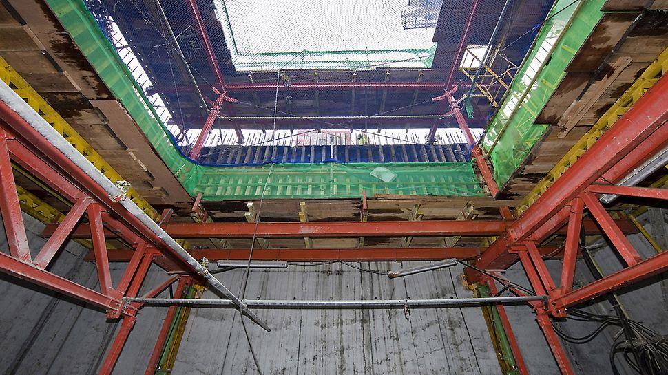 Marina Bay Sands, Singapur - Mit dem ACS Selbstklettersystem werden die Aufzugschächte unabhängig vom Kran hergestellt.
