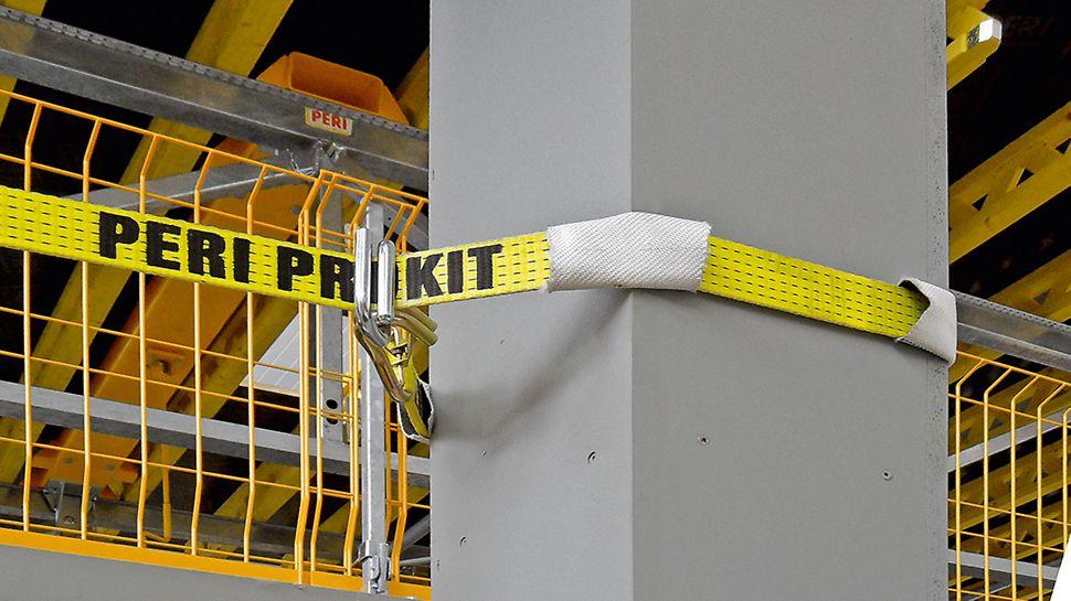 Zur Vermeidung von Beschädigungen der Stützenkanten dient ein Kunststoffschlauch, der über den Spanngurt gezogen wird.