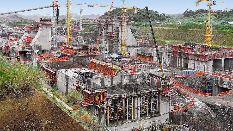 Plavební komory Panamského průplavu: Po více než 12 měsících od zahájení výstavby jsou již patrné neobvyklá velikost stavby a mohutnost jednotlivých stavebních částí.