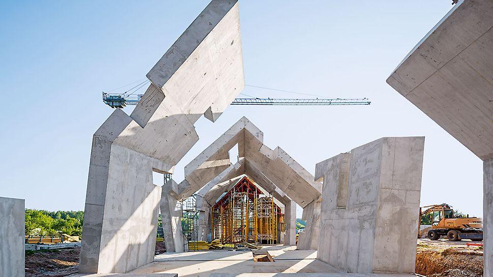 Mauzóleum vyhladenia poľskej dediny Michniów - architektonický komplex charakterizuje veľký počet nerovností a naklonených povrchochov ako aj tenké steny a stropy