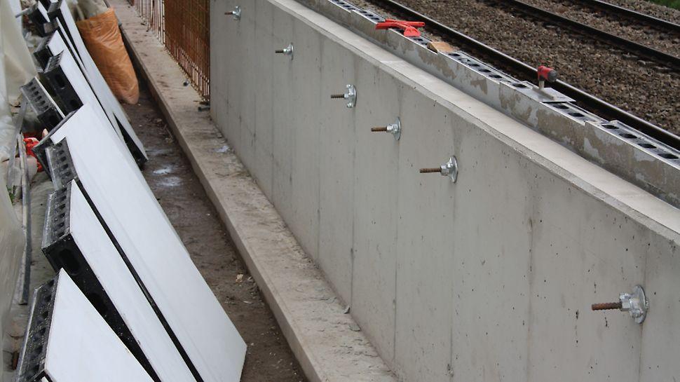 De spoorwegberm werd afgewerkt met behulp van de PERI DUO panelen. Het afgewerkte eindresultaat is deze afscheidingswand.