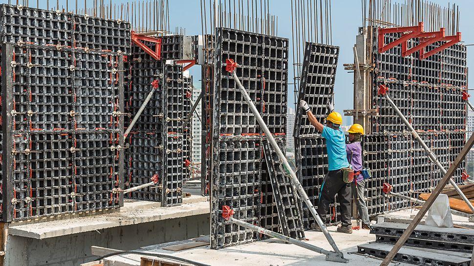 Omdat de panelen zeer licht zijn, kunnen ze handmatig geïnstalleerd worden. Het bouwteam werkt efficiënt en hoeft niet te wachten op de kraan.