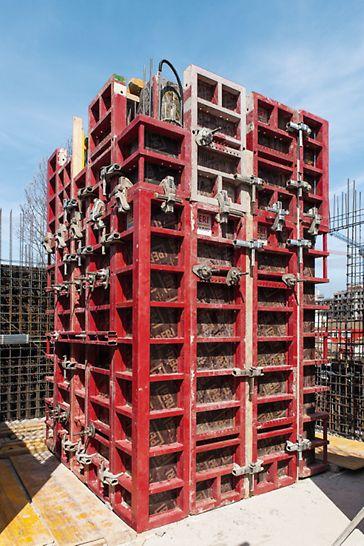 """Polyfunkční centrum """"U Dubu"""", Praha: Velkým přínosem bylo také využití odbedňovacích rohů MAXIMO, které zefektivnily výstavbu výtahových jader s dvojitou stěnou."""