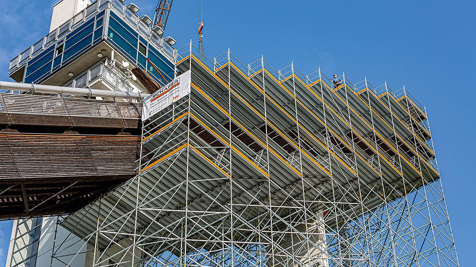 PERI UP Flex bildete in Kombination mit PERI UP Easy Fassadengerüstbauteilen ein räumlich ausgebildetes Arbeits- und Traggerüst zur Modernisierung des Schanzenkopfes.