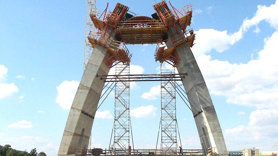 Progetto PERI, Ponte strallato, Cagliari - Il sistema a ripresa SKS è stato adattato in modo ottimale alla complessa geometria dell'antenna.