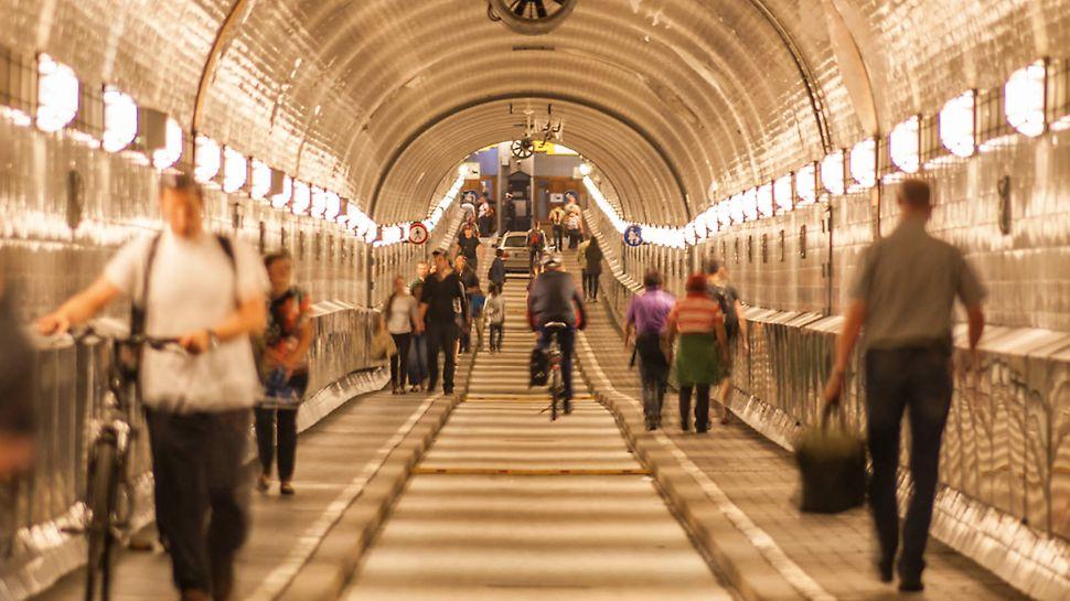 Zapadna cev starog Elba tunela, koju su sve vreme izvođenja sanacionih radova, pešaci i posetioci nesmetano koristili.
