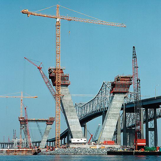 Most Artura Ravenela ml., Charleston, USA: O použití šplhavého bednění rozhodly: krátká doba výstavby, požadavky logistiky (všechen materiál se musel k pylonům přepravovat na lodích) a tím spojená nutnost minimalizovat potřebu jeřábu.
