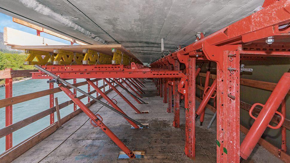 Die Bahneinheiten sind über Rollen und Fahrschienen komplett an der Unterseite des Kragarms angehängt, dadurch ist der Überbau frei zugänglich.