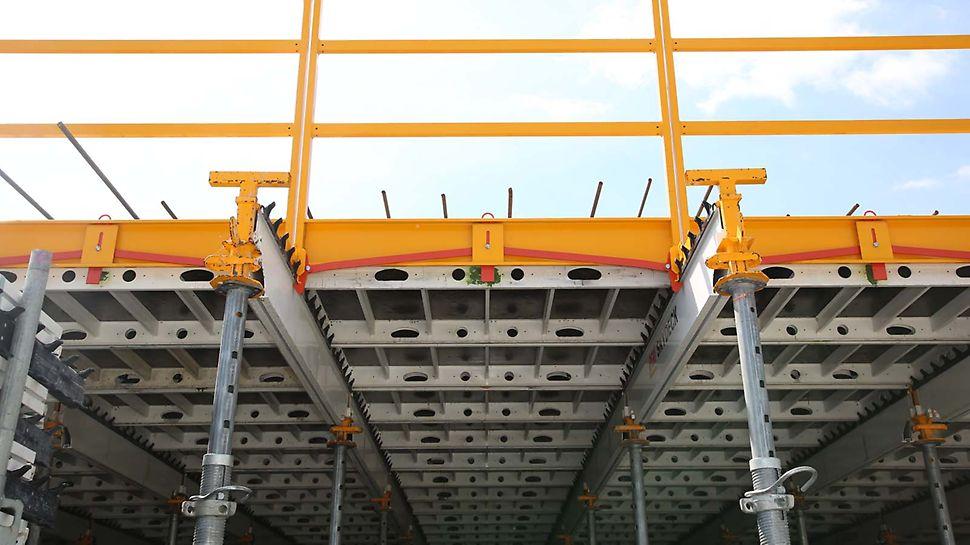 Absturzsicherung mit der Geländereinheit SD 150 in Verbindung mit der SKYDECK Deckenschalung.