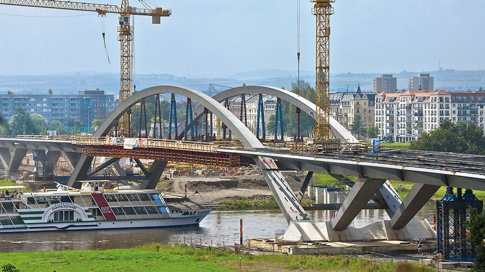 Waldschlösschenbrücke, Dresden, Deutschland - Die Waldschlösschenbrücke verbindet den Osten und den Süden der Stadt Dresden mit den Gebieten im Norden.