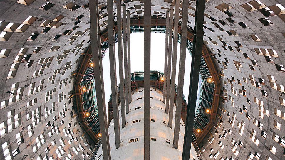 Torre Agbar, Barcelona: Válcovité stěny jádra a fasády této 142 m vysoké kancelářské budovy byly vyráběny s pomocí samošplhavé techniky ACS.
