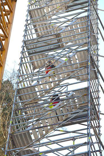 Grâce au système d'échafaudages PERI UP, les ouvriers pouvaient monter à une hauteur de 70 mètres en utilisant le tour d'escaliers Alu 75 et y travailler en toute sécurité.