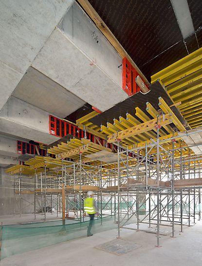 Terminál Midfield: Masivní průvlaky byly betonovány v jednom záběru společně se stropními deskami – s pomocí únosných stropních stolů PD 8 a lehkých panelů LIWA jako bočního bednění.