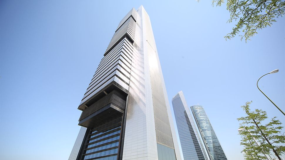 Since its completion at the end of 2008, it is now the tallest skyscraper in Spain and one of the ten highest buildings in Europe.