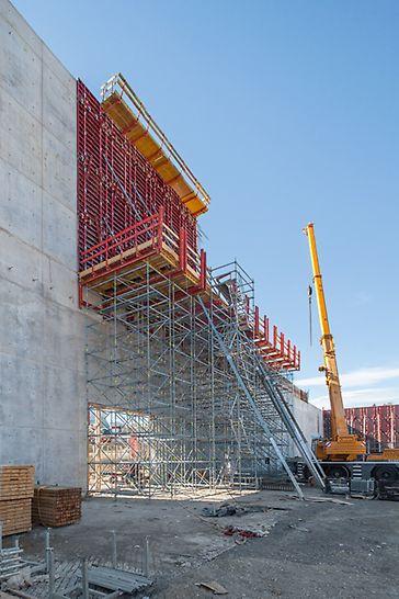 Die Herstellung der 23 m hohen Wandabschnitte erfolgte auf einer 12 m hohen PERI UP Arbeitsplattform.