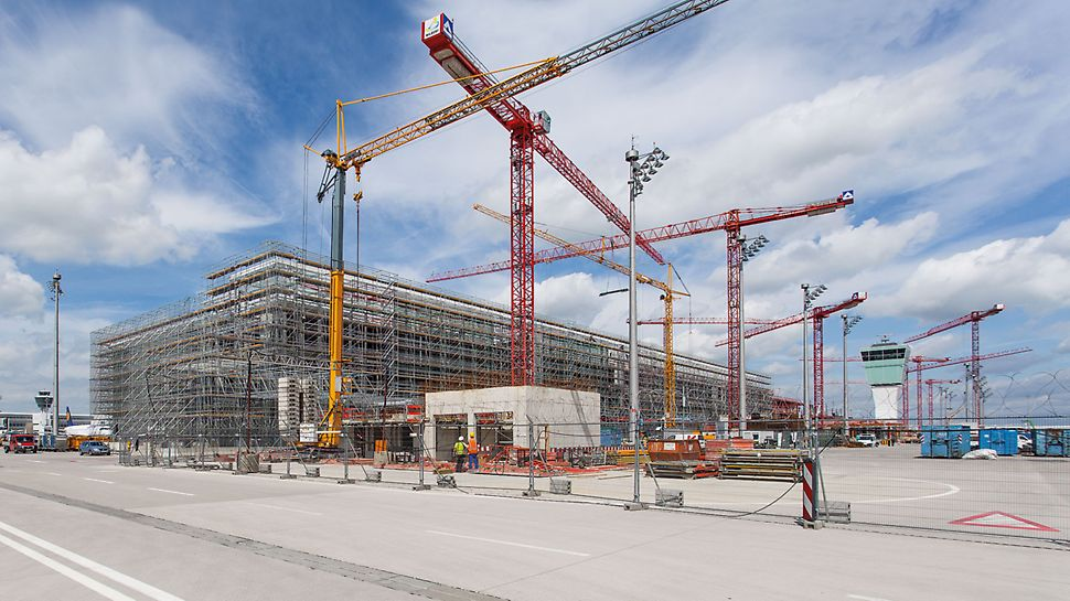 Munich Airport Satellite Terminal, Germany - The PERI solution for the huge construction site includes a comprehensive package of services: the supply of large quantities of materials, flexible engineering, tailored logistical operations as well as on-site support through the PERI project manager. The complete package provides all parties involved with real added value – for the contractor as well as the scaffolders.