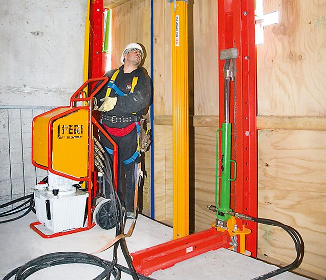 Both system variants – formwork scaffolding and climbing protection panel – can also be climbed by means of mobile hydraulic units, and thus crane-independent.