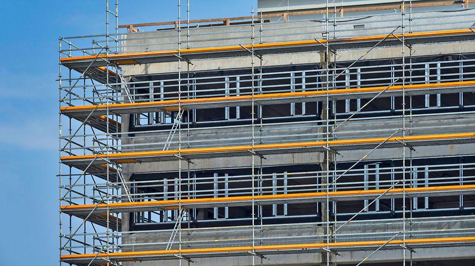Rusztowanie modułowe PERI UP Flex o wybranej szerokości 100 cm dla sprawnego prowadzenia prac murarskich.