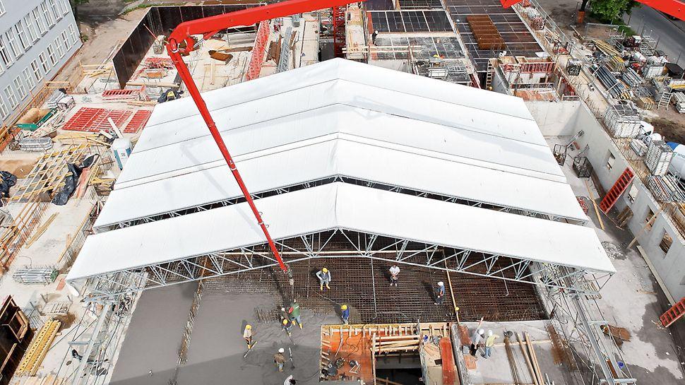 Zastřešení LGS se systémem PERI UP Rosett Flex: konstrukce střechy z jednotlivých posuvných dvojic vazníků, umožňuje snadné otevření střechy např. pro zajištění zásobování materiálem.