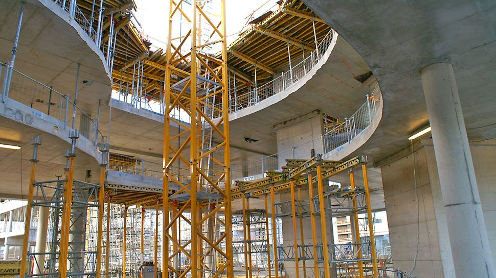 Arkkitehtonisesti vaativat laattojen muodot toteutettiin PERI-pöytämuoteilla.