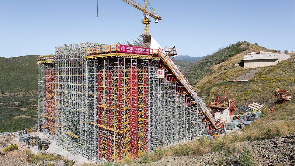 PERI Ingenieure kombinieren zwei Baukastensysteme zu einem ganzheitlichen Tragkonzept mit bis zu 20 m Höhe.