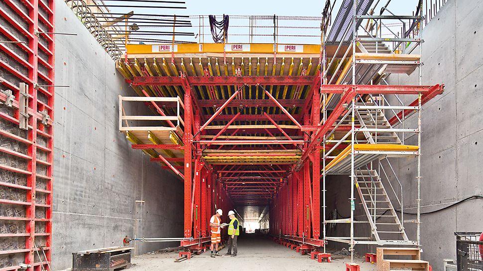 Tunel Nordhavnsvej: Vše od jednoho dodavatele: Firma PERI poskytla komplexní řešení. Schodiště PERI UP a Prokit EP 110, pevně smontované s bednicím vozem, sloužily jako integrovaný přístup ke stropnímu bednění a ochranné zábradlí. Tímto způsobem byly vytvořeny bezpečné pracovní podmínky pro výrobu stropů.