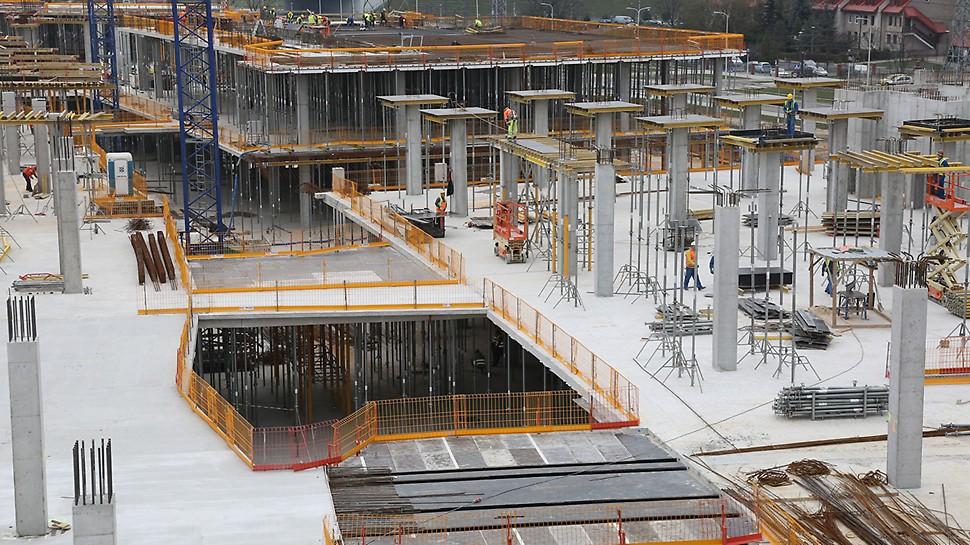 Zabezpieczenia krawędzi PERI PROKIT zapewniają bezpieczną i wydajną pracę