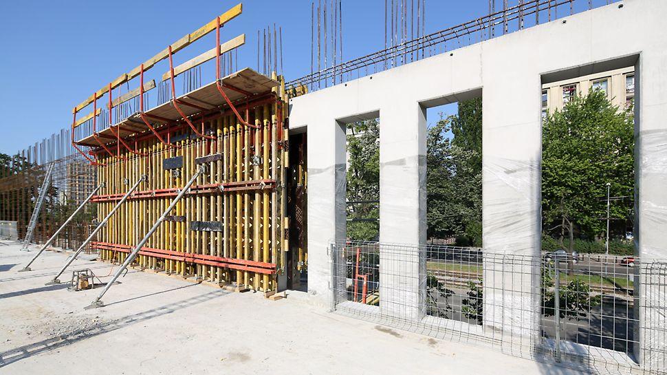 Wysokie wymagania co do jakości betonu architektonicznego spełniono dzięki użyciu dźwigarowego systemu deskowań ściennych PERI VARIO GT 24