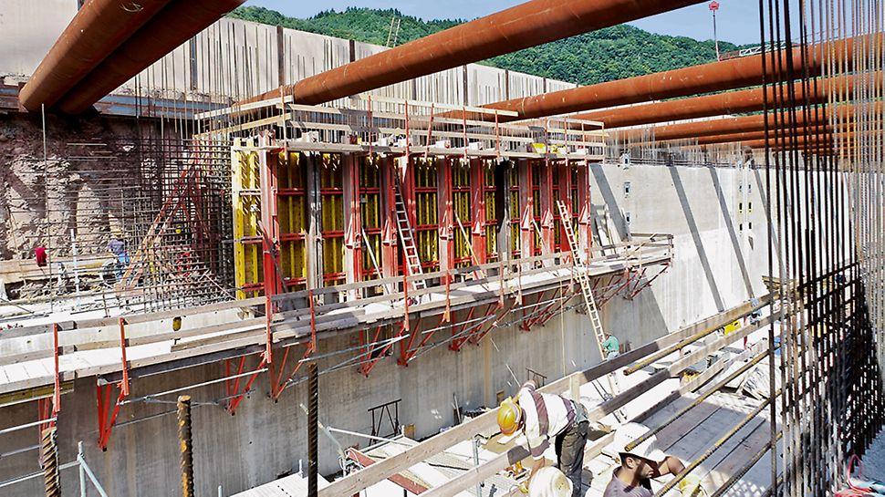 Trotz massiver Bauteile mit großen Höhen und Versprüngen kommen die Arbeiter schnell voran.