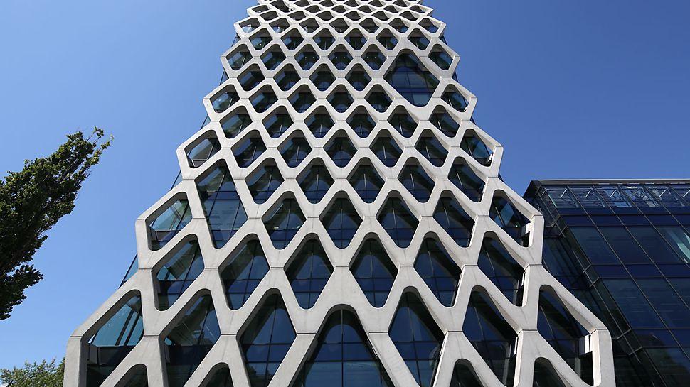 Prosta Tower: Filigránová betonová fasáda působí vizuálně jako síť natažená přes skleněnou fasádu a přesto slouží jako nosný konstrukční prvek.